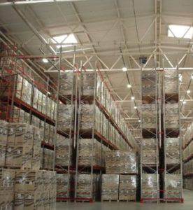 Светодиодное освещение склада светодиодными светильниками, смонтиированными на шинопроводе между стеллажами